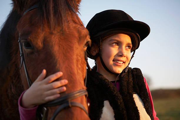 girl 沿うポニー - 乗馬 ストックフォトと画像
