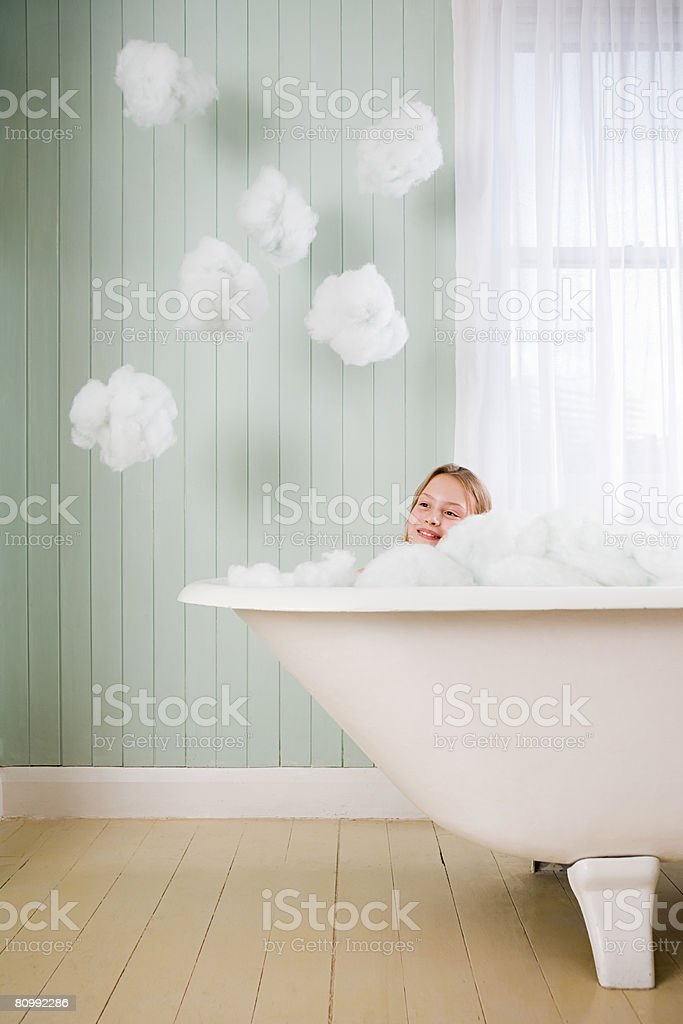 Uma menina em um banho foto de stock royalty-free