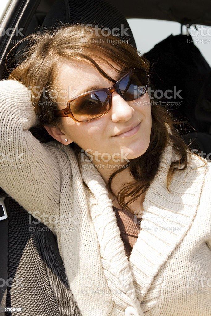 Jeune fille dans une voiture photo libre de droits