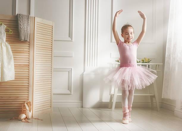mädchen in einem rosafarbenen ballettröckchen - prinzessinnen tutu stock-fotos und bilder
