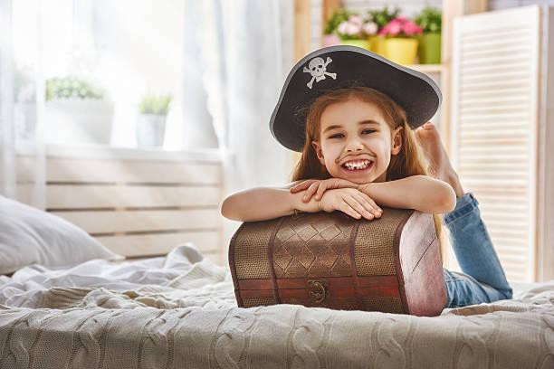 girl in a pirate costume - piratenzimmer themen stock-fotos und bilder