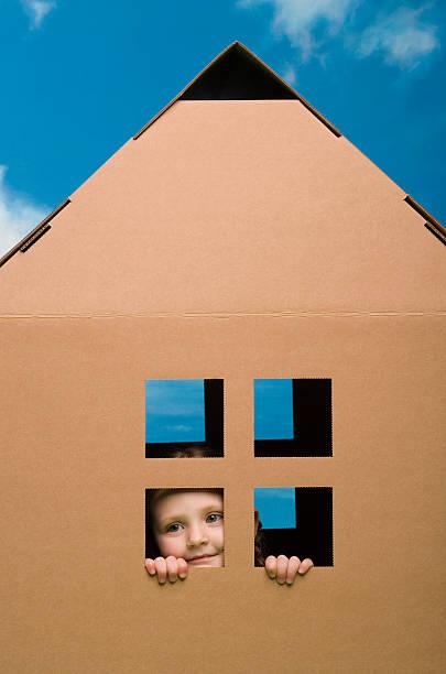 mädchen in einem playhouse - mädchen spielhaus stock-fotos und bilder