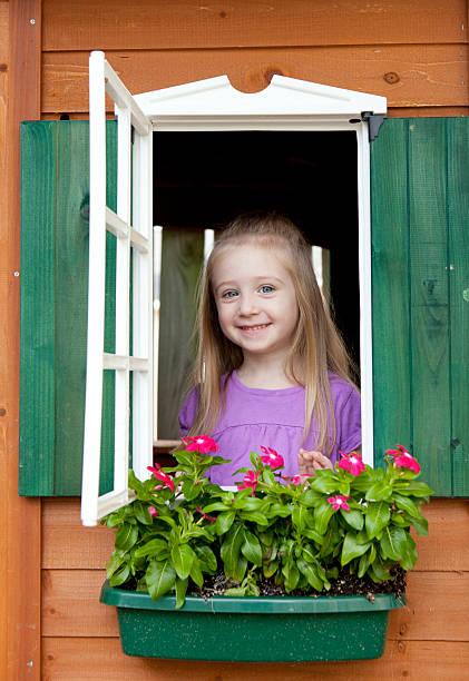 mädchen in einem playhouse vertikal - mädchen spielhaus stock-fotos und bilder