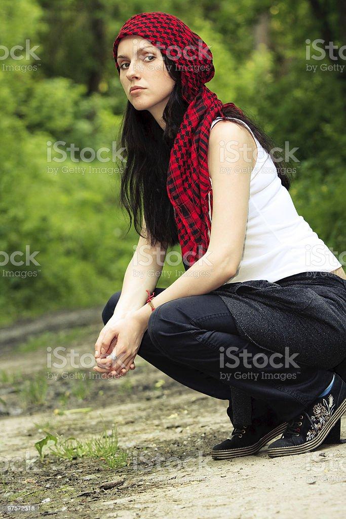 Jeune fille dans un foulard rouge photo libre de droits