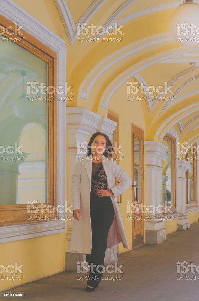 garota em um café de verão com óculos, manhã de verão - Foto de stock de Adulto royalty-free