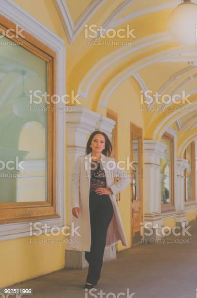 Foto de Garota Em Um Café De Verão Com Óculos Manhã De Verão e mais fotos de stock de Adulto