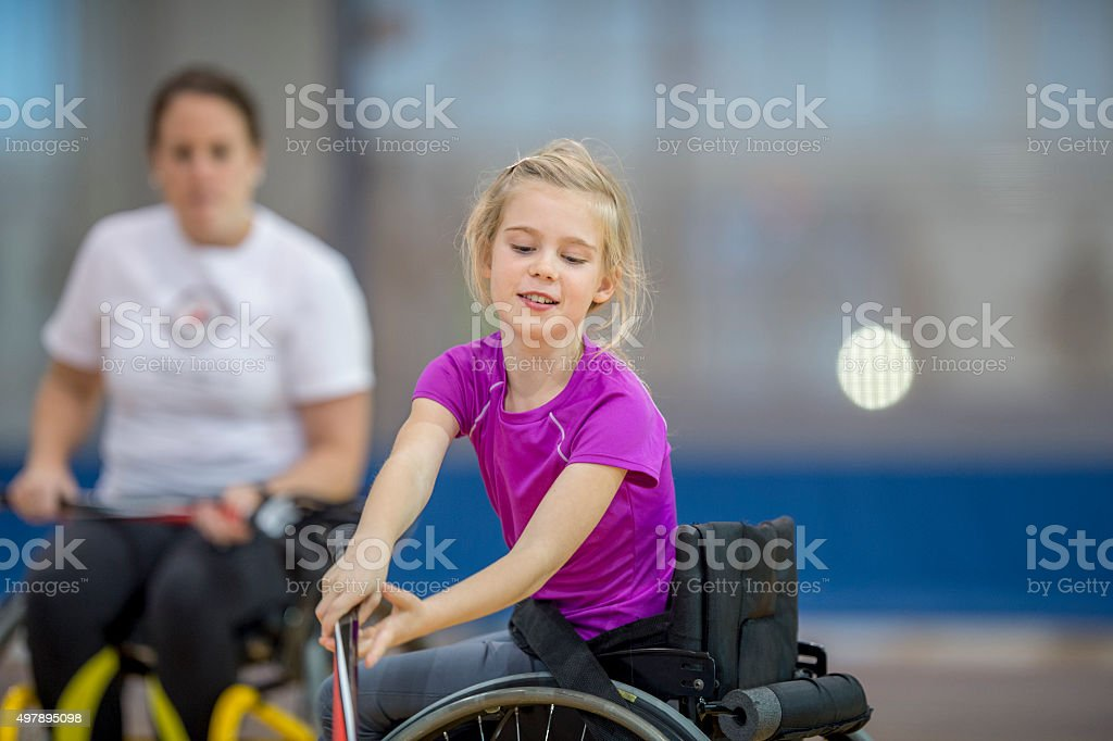 Chica en una silla de ruedas y practican deportes - foto de stock