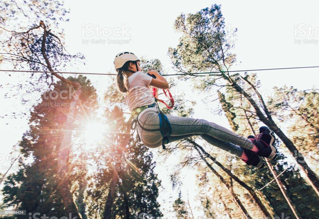 Chica en el parque de aventuras - foto de stock