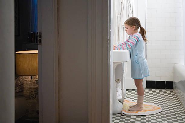 Garota no banheiro - foto de acervo
