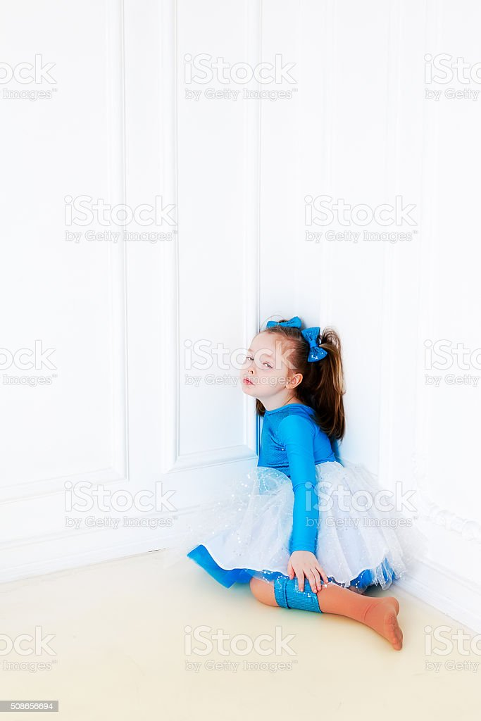Mädchen Im Blauen Kleid Sitzt In Der Ecke Stock-Fotografie und mehr ...