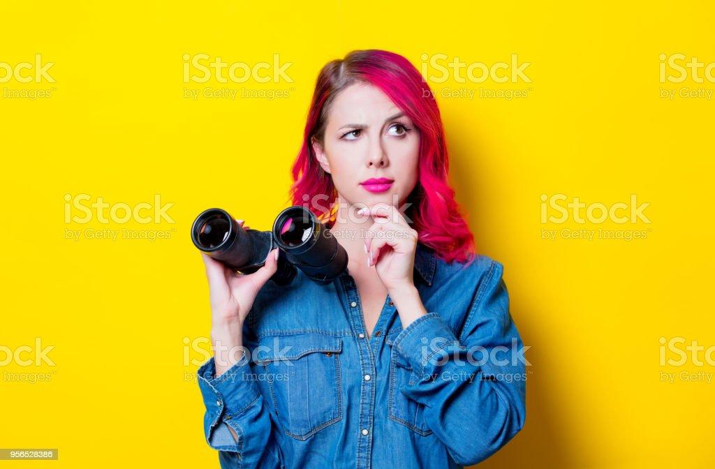 Mädchen im blauen Hemd hält ein Fernglas. - Lizenzfrei Attraktive Frau Stock-Foto