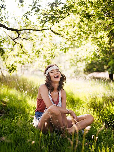 boho-mode mädchen lachen in einem sommer-park - hippie stirnbänder stock-fotos und bilder