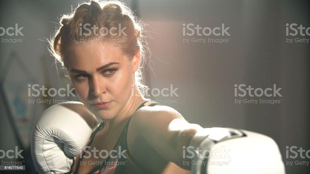 Garota em luvas de boxe no treinamento de boxe - foto de acervo