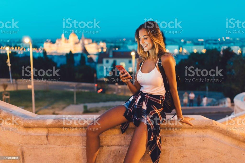 Mädchen in Budapest SMS in der Dämmerung – Foto
