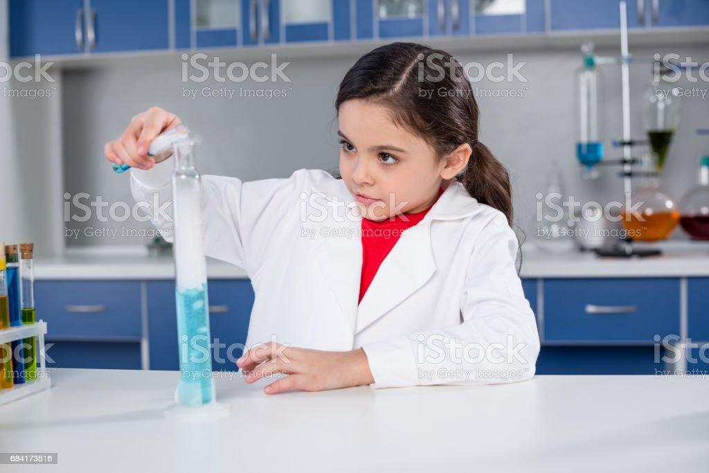 Fille en laboratoire chimique photo libre de droits