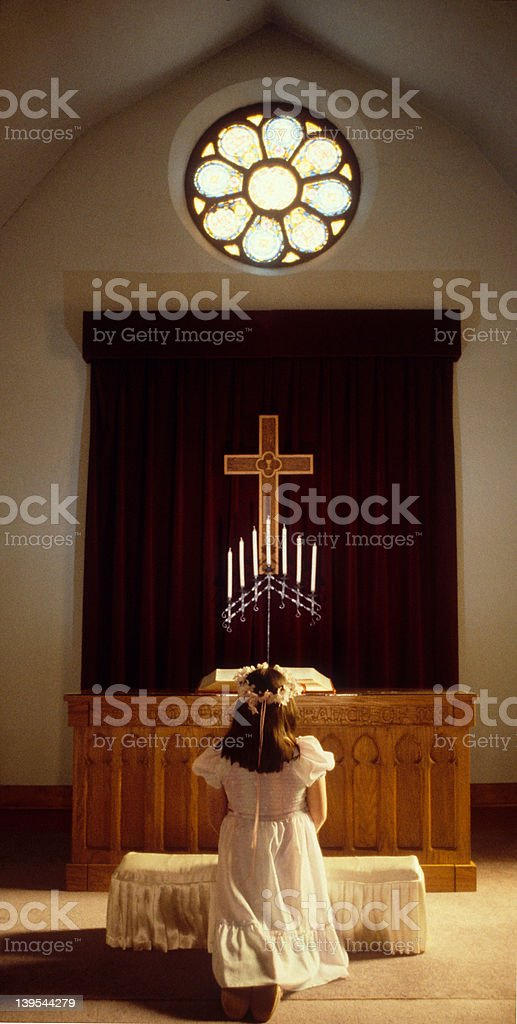 Garota na igreja - foto de acervo