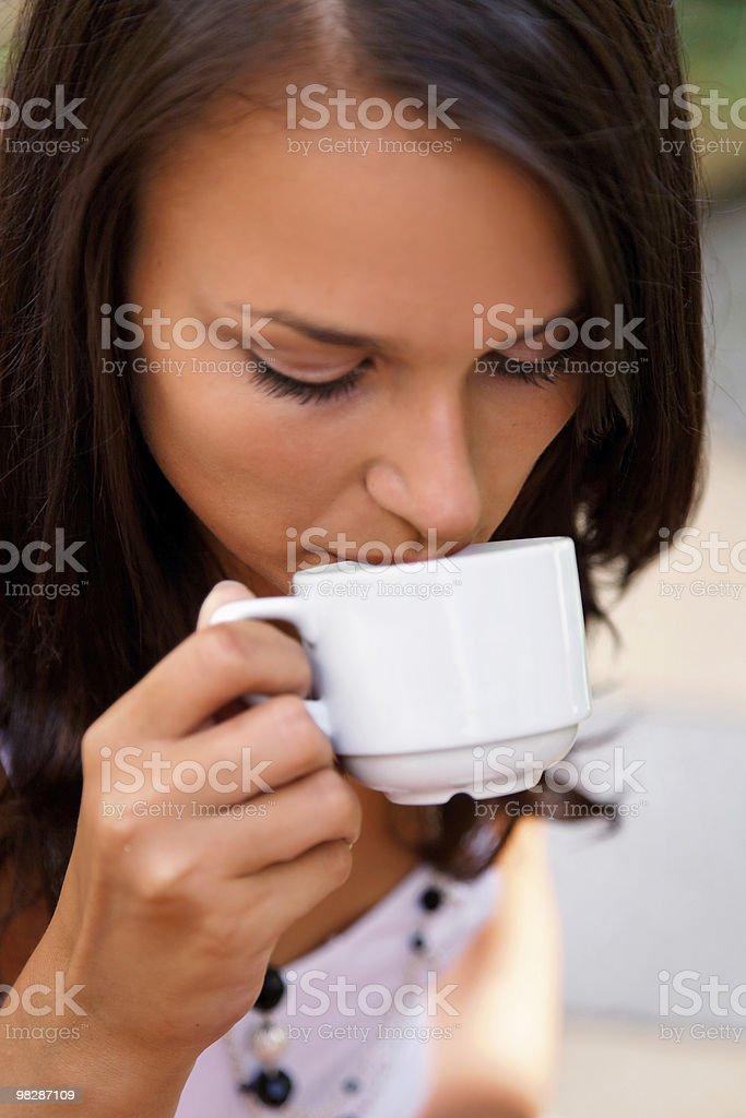 Ragazza in pausa caffè foto stock royalty-free