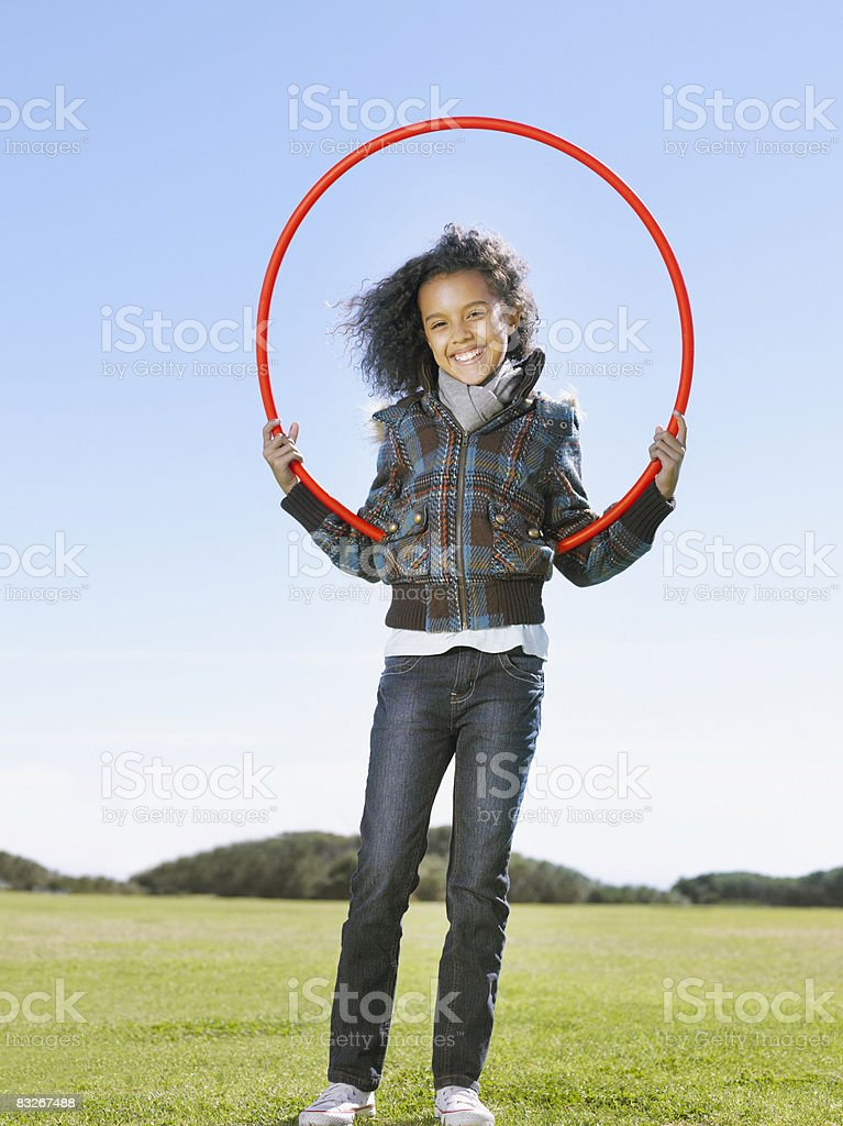 Chica en campo de retención de hula hoop foto de stock libre de derechos
