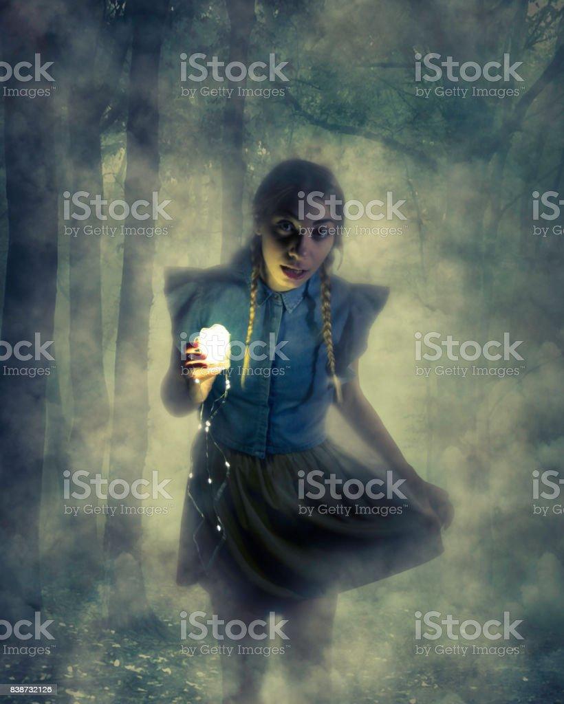 Chica en el bosque de niebla - foto de stock