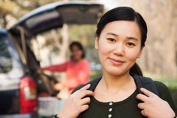 garota em frente ao automóvel em college campus - vida de estudante - fotografias e filmes do acervo