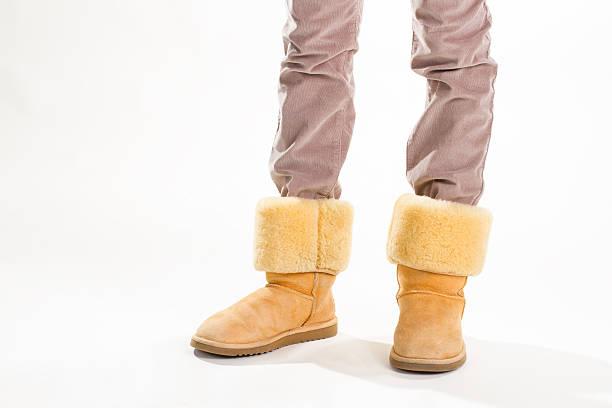 mädchen in lustige gelbe winter gewöhnlicher stiefel. - lammfellstiefel stock-fotos und bilder