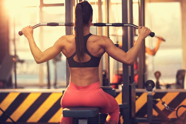 Mädchen im Fitnessstudio, Rückansicht – Foto