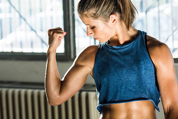 mädchen im fitnessraum - tattoos frauen arm stock-fotos und bilder