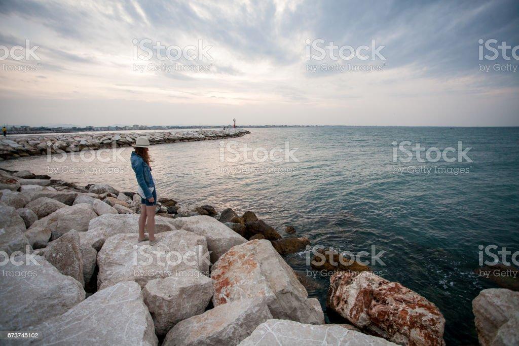 jeune fille au chapeau à la mer photo libre de droits