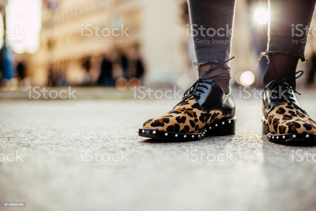 Chica de leopardo de impresión zapatos planos. - foto de stock