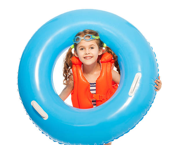 mädchen in schwimmweste und brille mit gummi-ring - haarschnitt rundes gesicht stock-fotos und bilder