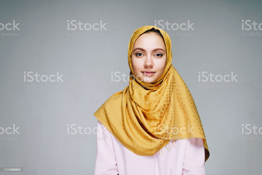 Girl in muslim clothes calmly looking into the camera - Foto stock royalty-free di Abbigliamento
