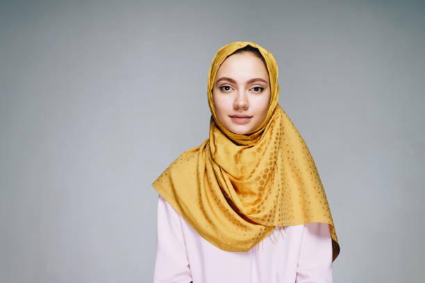 girl in muslim clothes calmly looking into the camera - foulard copricapo foto e immagini stock