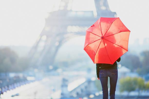 Mädchen in Paris in der Nähe des Eiffelturms am Morgen – Foto