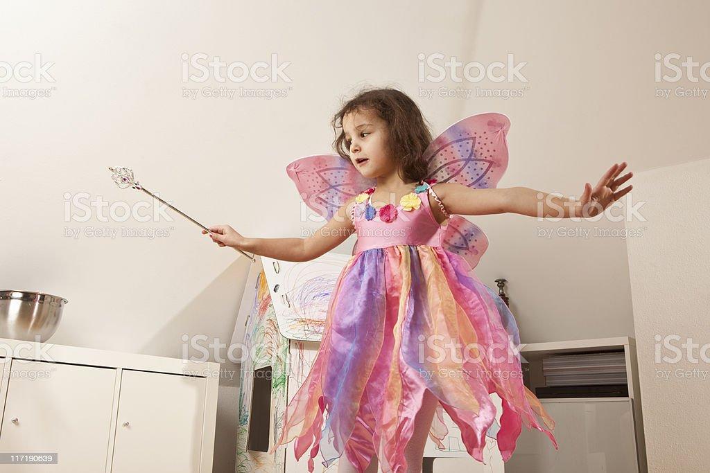 Fille en robe rose avec des ailes de fées - Photo