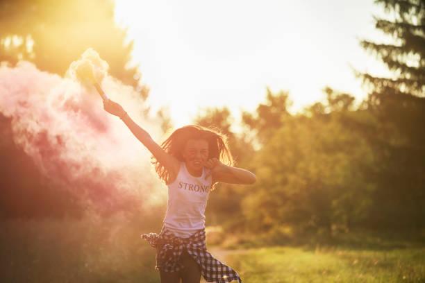 Mädchen im rosa Rauch – Foto