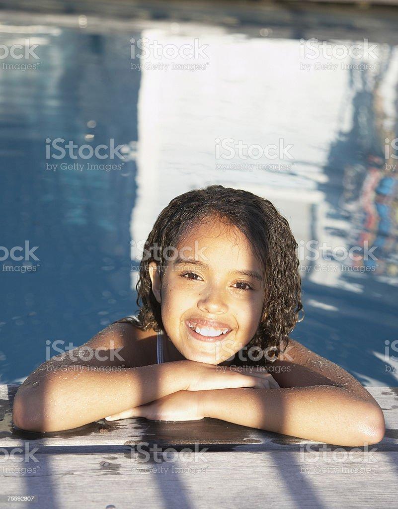 Sorridente menina na piscina foto de stock royalty-free