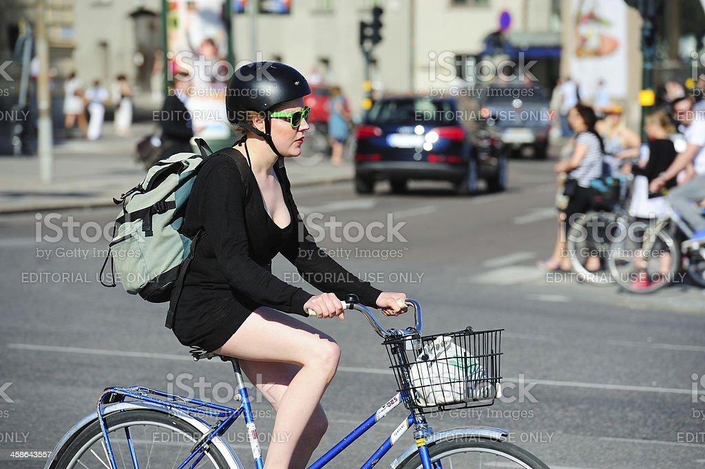 Fille de profil avec des lunettes de soleil à vélo - Photo