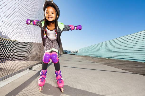 mädchen in rollerblades machen tricks im skatepark - französisch übungen stock-fotos und bilder