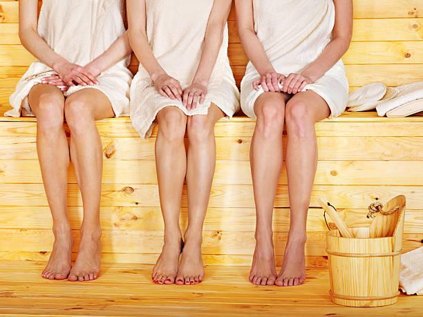 Mädchen in der sauna. – Foto