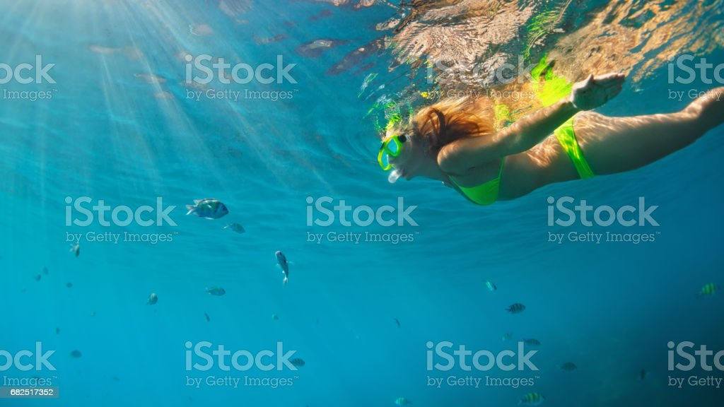 Girl in snorkeling mask dive underwater with coral reef fishes Lizenzfreies stock-foto