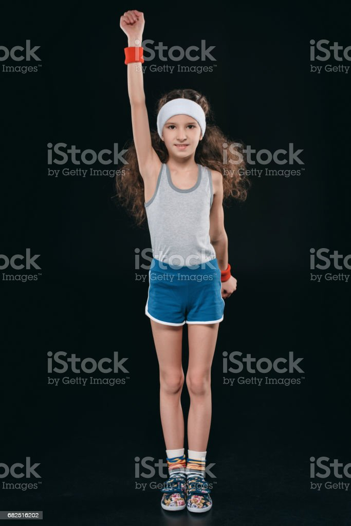 Mädchen bei der Sportbekleidung Ausübung isoliert auf schwarz. handelnde Kinder, 11 Jahre alte Kinder-Konzept Lizenzfreies stock-foto