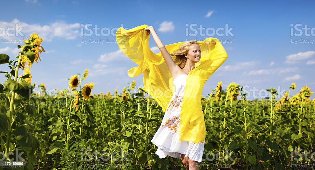 Mädchen in Sonnenblumen – Foto