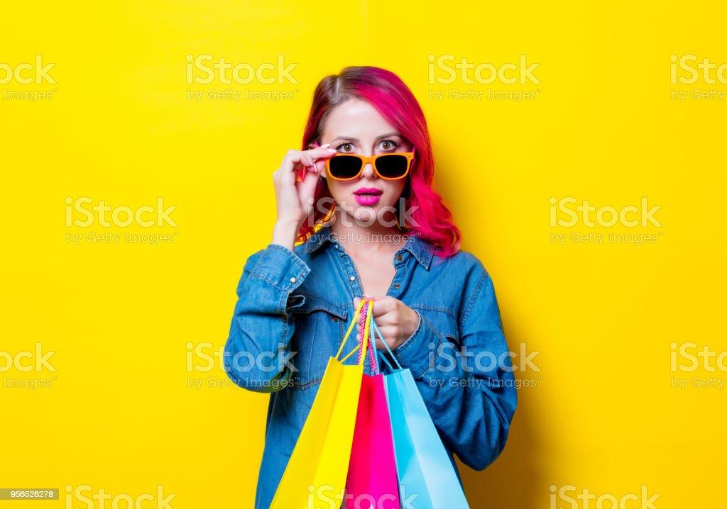 Mädchen in Sonnenbrillen halten eine farbige Tragetaschen - Lizenzfrei Attraktive Frau Stock-Foto
