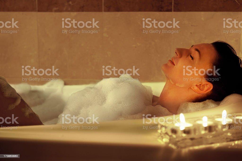 Mädchen in der Badewanne – Foto