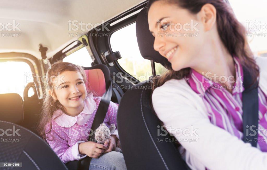 Garota no carro com a mãe dela - foto de acervo
