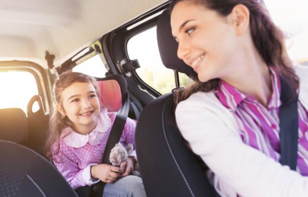 Mädchen mit ihrer Mutter im Auto – Foto