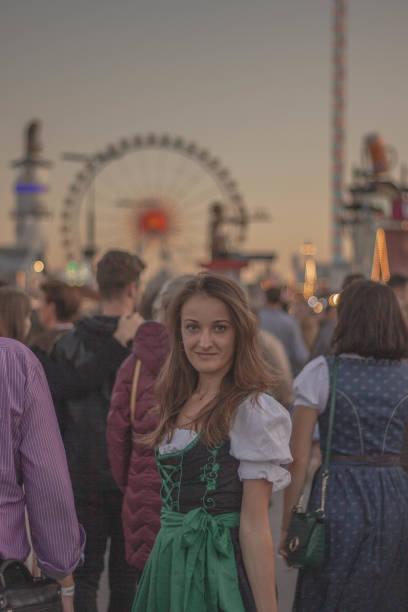 girl in the crowd with bavarian dress at oktoberfest - monica pirozzi foto e immagini stock