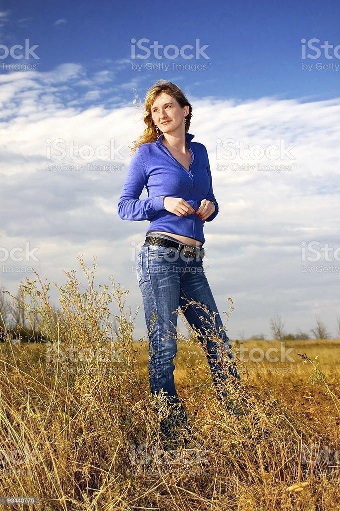 Mädchen in das Feld Lizenzfreies stock-foto