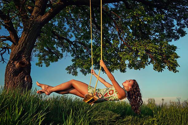 Chica en el bosque - foto de stock