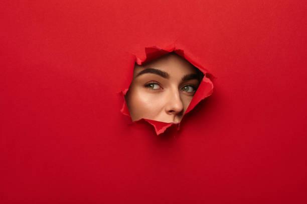 찢어진된 구멍에 여자 - 출현 개념 뉴스 사진 이미지